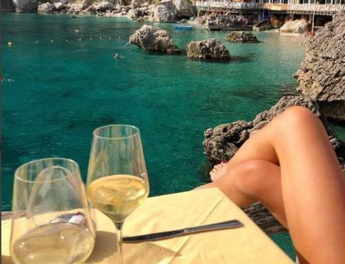 Still summer in Capri. Alessia Marcuzzi does not resist a lunch by the sea